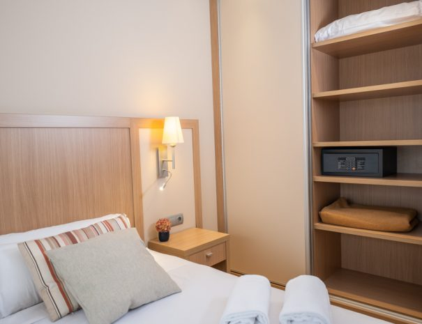 apartamentos_maritim_castelldefels_playa_apartamento_dormitorio_caja_fuerte