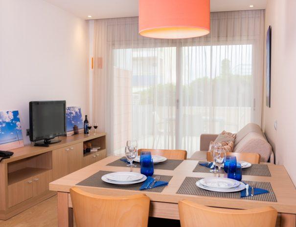 apartamentos_maritim_castelldefels_playa_apartamento_mesa_salon