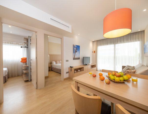apartamento 1 dormitorio con terraza en castelldefels playa comedor