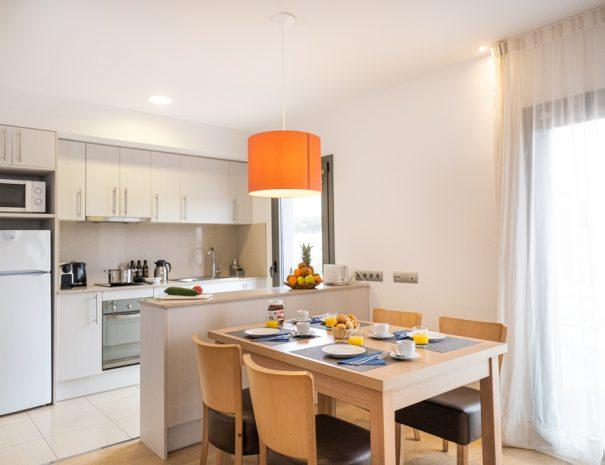 apartamento 2 dormitorio con terraza en castelldefels playa salon