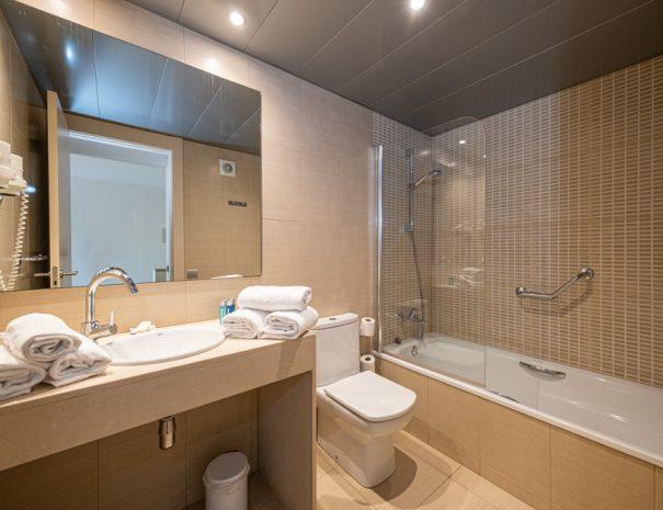apartamentos_maritim_castelldefels_playa_apartamento_bano_banera